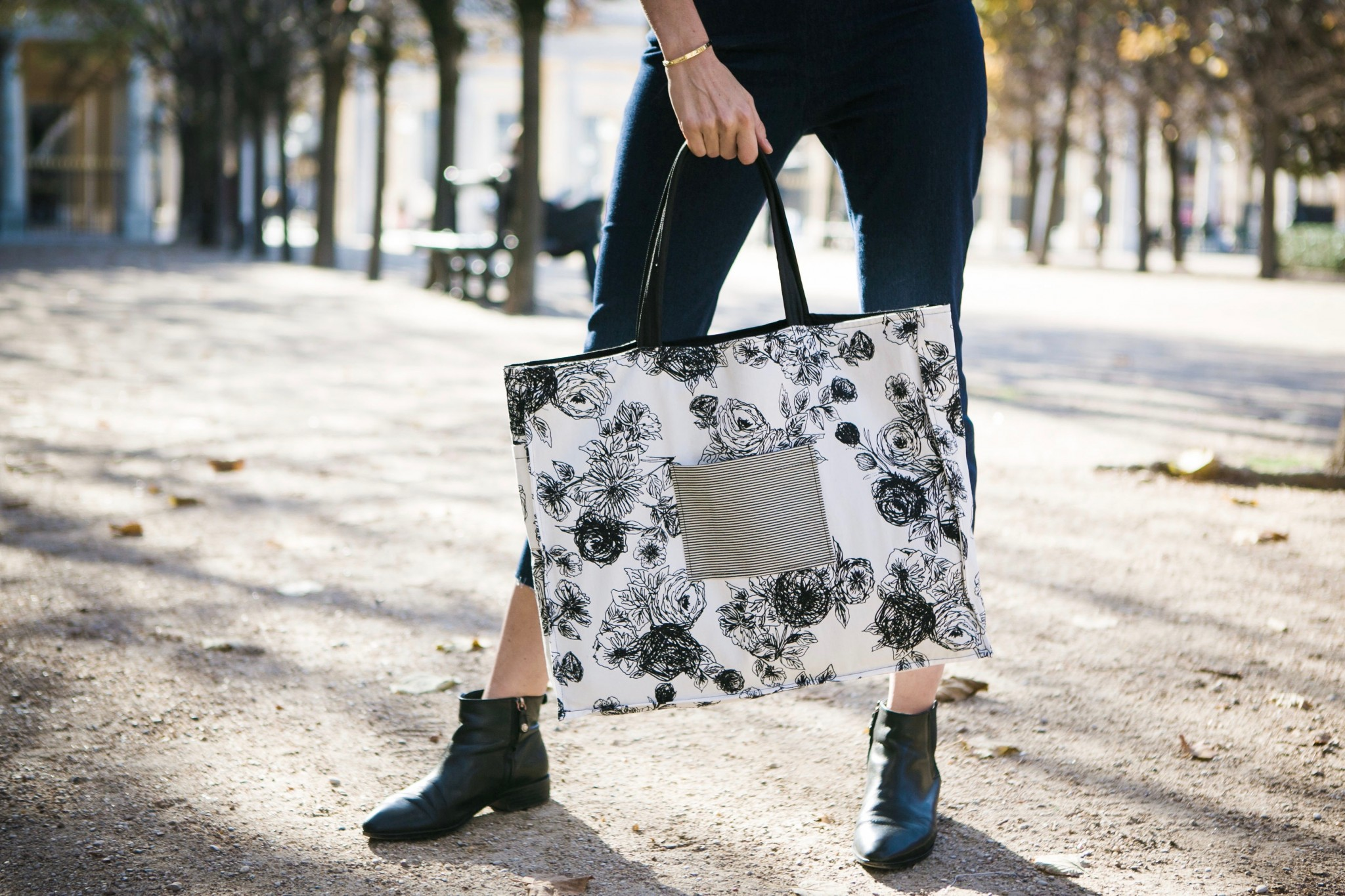 0e8cc0568 The XL style is back, this time inspired by Notting Hill. This tote too is  reversible, revealing a floral side. The perfect weekender!